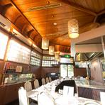 昭和7年に創設された時のまま残されている天井などの内装部分。照明は白熱電球を使用し、古き良き時代の面影をそのままに、まるで時間が止まったような雰囲気を漂わせています。