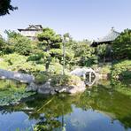 窓からは美しい日本庭園を見渡せます。季節ごとに色を変え、移ろう景観を眺めながらのお食事は至福のひととき。島全体が、天然記念物に指定されている蒲郡竹島も望めます。