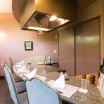 5名までの個室にも鉄板があり、目の前で焼き上げたお料理をいただく醍醐味を味わえます。ご家族の記念日などに最善のお部屋。忘れられない楽しいひとときを過ごせます。