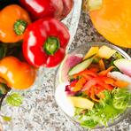 四季折々、旬の野菜を12種使用した、『季節のサラダ』。地元三河産の野菜は鮮度抜群、鮮やかな色彩とシャキシャキした食感が魅力です。鉄板で焼くと甘みも増し、いろいろな調理法で愉しめます。