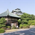 老舗ホテルの敷地内にあり、日本庭園も隣接している【ステーキ&シーフード六角堂】。目の前の鉄板で調理される様子を眺めながら、気さくなシェフとの会話も楽しいものです。肩肘張らずに過ごせるホテルレストラン。