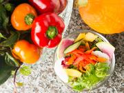 彩り豊かな三河の野菜を中心に使用したこだわりサラダ。随時、12種類の野菜がいただけるヘルシーメニューです。オリジナルドレッシングは、りんごベースの醤油味。