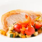 三河のブランド豚「秀麗豚」。海藻を餌にしているので、肉に臭みが無くジューシーな味わいが特徴です。合せるソースは、酒売造元で厳選した三河本みりんと白たまりを使い、甘辛に仕上げています。