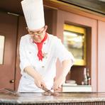 お客様とコミュニケーションをとりながら、鉄板で焼き上げた料理をご提供。タイミングを計りながらお出ししています。地元産の食材を使用し、訪れたお客様に三河の味をご紹介しています。