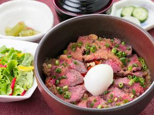 上質な赤身ステーキをふんだんにご飯の上に。箸が止まらない『小形牧場牛 ステーキ丼』