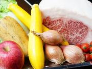 基本的に大和牛A4ランクのサーロインを使用。 脂がしつこくなく、比較的ジューシーで噛めば噛むほど、肉の味が深まるのが特徴です。季節の野菜は奈良・生駒の契約農家から仕入れたものや地元の旬野菜。