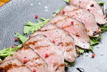 表面はカリッと香ばしく、肉は柔らかジューシー『大和牛自家製タリアータ(ローストビーフ)』