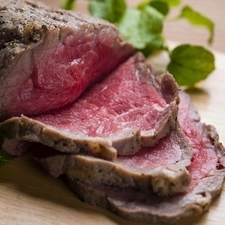 上質な国産和牛を絶妙な味わいに。牛すじの赤ワイン煮込み
