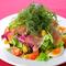 新鮮な野菜がふんだんに盛り込まれた『シェフの気まぐれたっぷりサラダ 中』