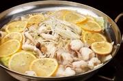唐辛子、ニンニク、ねりゴマなどを使い、スパイシーで濃厚なスープに仕上げました。台湾、中華料理でおなじみの火鍋のもつ鍋スタイルです。ぷりぷりの白もつとじっくり煮込んだ野菜のうま味が最高の一品です。