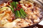 厳選した豆乳と味噌のスープにキノコや白ネギなどを加えた女性のお客様に大人気のヘルシーもつ鍋です。北海道旭川産白もつ、九州産キャベツ、九州産キノコ、大分産白ネギなどを使用しております。