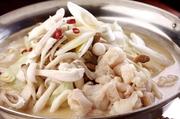 イタリア料理の手法による特製トマトソースをベースとした色彩豊かなもつ鍋です。北海道旭川産白もつ、九州産キャベツ、福岡産レタス、桃太郎トマト、博多ナス、自家製ベーコン、熊本産パプリカなどを使用。