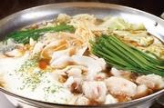 トッポギ(韓国餅)やキムチを使用したピリッと辛い韓国風もつ鍋です。北海道旭川産白もつ、九州産キャベツ、佐賀産ニラ、韓国産キムチ、韓国産トッポギ、福岡産もやし、熊本産馬もつなどを使用しています。