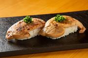 北海道産の大粒ウニを、黒毛和牛のローストビーフで巻いた贅沢な一品。生ウニとローストビーフの美味しさが絶妙にマッチしています。柔らかい食感で、とてもジューシー。