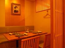 京都の舞妓が描かれてる日本画が飾られた個室席
