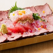 【映え肉マグロ】「黒毛和牛のローストビーフ」×「三崎マグロ」のSNS映え抜群料理となっています