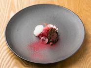 赤で統一された色気漂う一皿『カツオ/みょうが/ビーツ』※メニューは一例。季節に応じて変更となります。