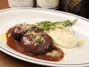味わいは濃厚なソースの味わい。ナイフがいらないくらい柔らかい『豚ほほ肉の赤ワイン煮込み』