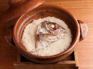 〆のお愉しみ。信楽の土鍋で炊き上げる『名物 鯛めし』