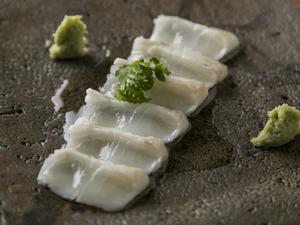 和の刺身とネギ油の組み合わせで深い味わいの『ヒラメの昆布締め ネギ油がけ』