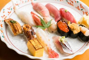 新鮮な旬の魚介類を味わえる『しらはた・おまかせにぎり』