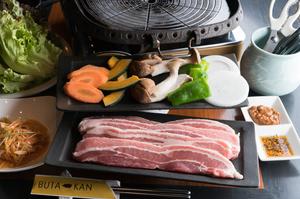 味噌ダレと醤油ダレ、2種類を食べ比べできる『サムギョプサル』