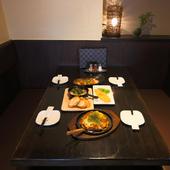 スタイリッシュな空間で過ごす食事と会話のひととき