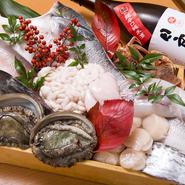 旬を大切にした食材選びで、季節感溢れる日本料理が魅力の【魚菜 黒田】。魚は、地物の天然物を主として、全国各地から選りすぐられます。野菜も時期の物、季節毎の良いものを厳選。