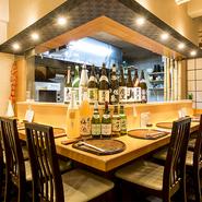 大将の技を間近で見ながらお食事を味わうことができるカウンターは人気のお席。