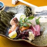 その時期の旬の魚介を満喫できる逸品。地の物と各地から取り寄せる旬の魚介を盛り合わせで季節の味を愉しめます。