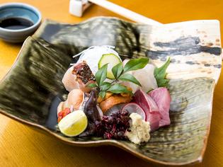 地物を中心に、天然物の魚介を一皿で味わえる『刺身盛り合わせ』