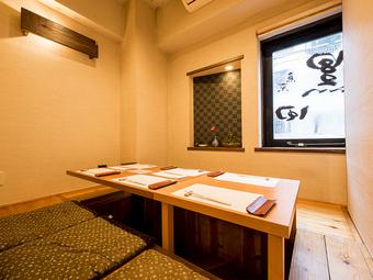 カウンター9席と個室が2室。こぢんまりとした和の空間