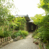 四季の移ろいを感じる約150坪の日本庭園がお出迎え