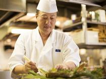熟練した料理人が下ごしらえから盛り付けまで丁重に調理