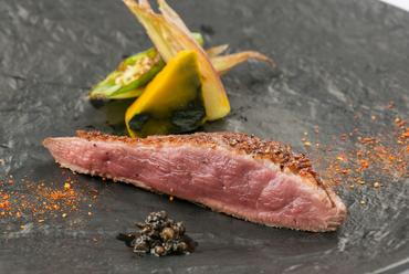 生胡椒ソースでいただく『青森県産バルバリー種鴨胸肉のロティ』