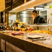 料理人の華麗な技が見られるカウンターは、恋人達の特別席