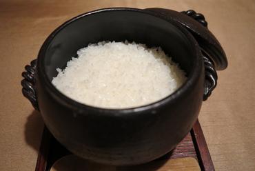 『米福 特選土鍋ごはん』として白米が5~6種類、 さらに、季節の炊き込みご飯など。
