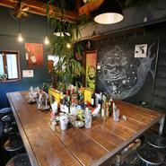 レンガ風の壁に木をメインとしたお洒落な雰囲気。タイ情緒漂う素敵な店内で、南国ムードを味わえます。食器やインテリア、小物ももちろん、Made in ThaiLand。
