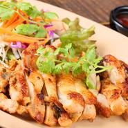 味付けした鶏肉を焼いたタイの焼鳥。タイ語で「ガイ」は鶏、「ヤーン」は焼くと言う意味です。とても香ばしくてジューシー。添えてある野菜と食べるとより一層美味しくいただけます。