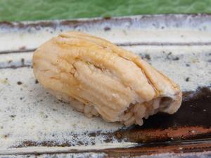 煮方は敢えて、あっさりと。たれを使わないことで、穴子本来の旨さを引き出した『対馬産 穴子』