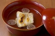 甘鯛の骨などを蒸し煮し、丁寧に取り出した「甘鯛のだし」。風味豊かな出汁をつかったお吸い物は、あっさりとした味わいです。皮目をパリッと焼いた甘鯛が入っており、甘鯛の美味しさを余すことなく満喫できる逸品。