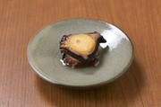 たこを柔らかく炊き、香り豊かな燻製にした後にオイル漬けにしています。たこの旨みと共に広がる、香ばしい風味がたまりません。日本酒やワインなど、お酒との相性抜群。供すれば、至極のハーモニーを奏でます。