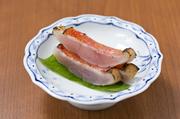 厳選された鮮度抜群の金目鯛。昆布で水分を抜き、皮目を少し炙っているのが特徴的です。「炙り刺し」ですが、「お造り」として醤油でいただく一皿。昆布の風味と共に、皮目の香ばしさが口の中いっぱいに広がります。