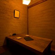 落ち着いた雰囲気の個室。小さめの座卓が程良い距離感を演出、食事やお酒を堪能しながら親密度も増すことでしょう。座敷は掘りごたつ席、大切なお話しをしながらもゆったりとした時を過ごせます。