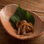 生イカを醤油、みりん、酒に漬け込んだシンプルな料理。槍イカ、水イカ、ホタルイカなど季節に合せたイカを使っています。ゆずで香り漬けされ、日本酒との相性抜群の味。
