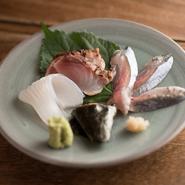 季節の魚のお造り。市場で神経抜きされた新鮮な魚を卸し、熟成させて旨味を引き出します。旬の魚を存分に堪能でき、魚好きにはたまらない味。感動の出合いを味わえます。
