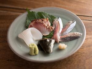 魚好きにはたまらない一品、季節の新鮮魚を熟成させつくる『お造り』