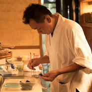 お客様のお食事のペースを計って、料理をお出ししています。お一人ずつ丁度良い量も異なるので、それを見極めて調理。丁度良いタイミングでの料理の提供は、おもてなしの醍醐味です。