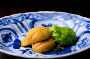 季節を映す魚介と野菜や豆をシンプルかつ贅沢に合わせた『肴』 唐津の赤雲丹とつぶし銀杏