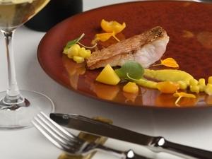 夏野菜が彩る一皿『甘鯛のクロッカンテ 様々な黄色い野菜と共に』